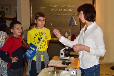 Демонстрации на свойствата на коприната, Елена Павлова - Музей на текстилната индустрия - Сливен